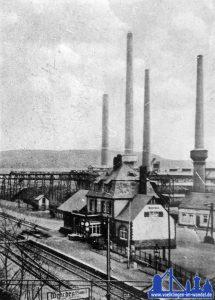 Bahnhof Wehrden-Saar, im Hintergrund das Kraftwerk Wehrden