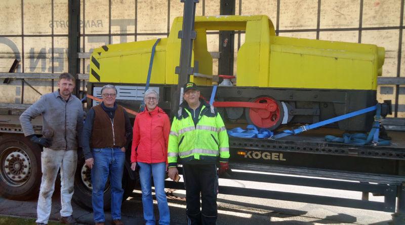 Die Ortsvorsteherin von Niederwürzbach, Petra Linz, mit den Bergleuten aus Velsen vor der Lok. (Foto: EBV)