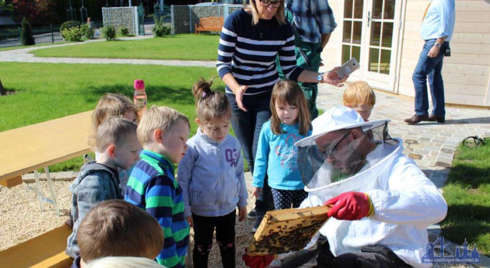 Globus-Imker Jochen Recktenwald informiert im Globus Gemeinschaftsgarten in St. Wendel über die Bienenvölker. (Bildnachweis: Globus SBWarenhaus)
