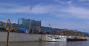Das Blasstahlwerk von der Saarseite aus gesehen. Im Vordergrund: Anlegestelle (© Andreas Hell)