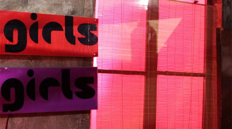 """""""Girls Girls"""" steht auf diesem Bordell, das für einen Filmdreh im Weltkulturerbe hergerichtet wurde (Foto: Hell/Archiv)"""