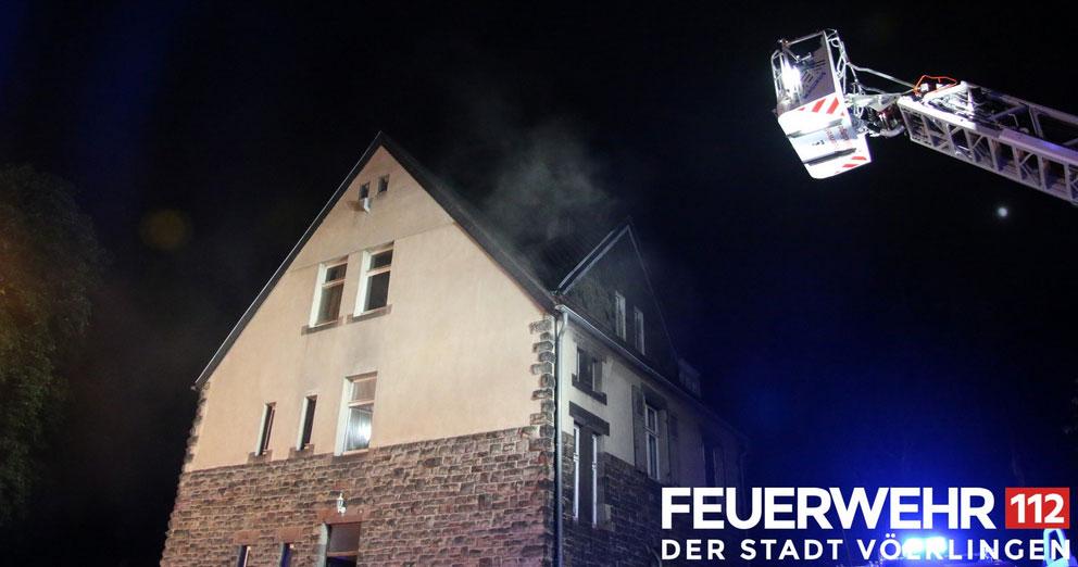 Die Feuerwehr wurde zu einem Zimmerbrand in die Saarbrücker Straße in den Ortsteil Fenne alarmiert.