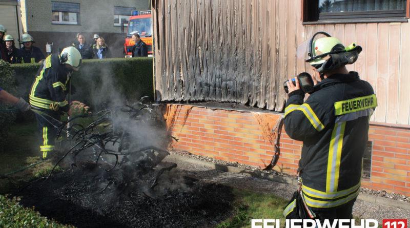 Brand von Hecken an Gebäude (Foto: Feuerwehr Völklingen)