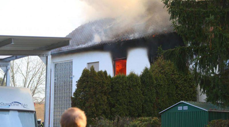 Die Wohnung im ersten Stockwerk brennt lichterloh. (Foto: Avenia)