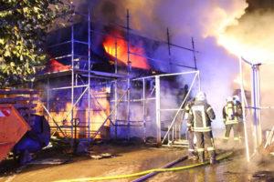 Das Dachgeschoss stand binnen weniger Momente vollkommen in Flammen (Foto: Avenia)