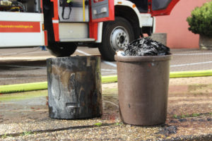 Die beiden Müllgefäße (Foto: Hell)