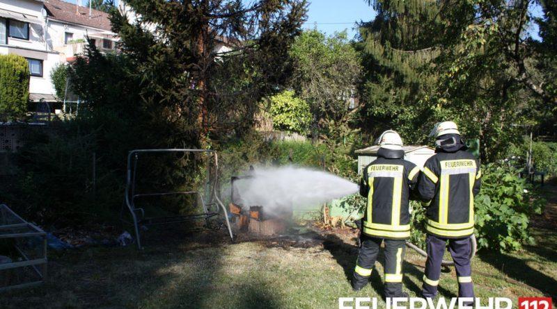 Die Einsatzkräfte sicherten die Einsatzstelle und löschten das Feuer mit einem C-Rohr ab. (Foto: Feuerwehr Völklingen)
