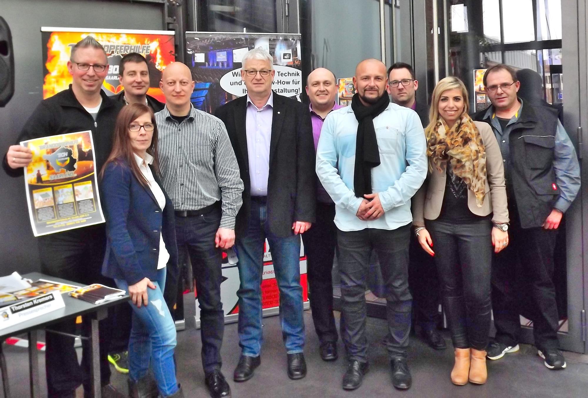 v.l.: Thorsten Kremers (Pressesprecher), Monika Redenbach (1. Schatzmeister), Michael Leidinger (2. Schatzmeister), Enrico Voß (Öffentlichkeitsarbeit), Peter Demmer (Ehrenmitglied), Alexander Raphael (2. Vorsitzender), Holger Staab (1. Vorsitzender), Konrad Bauer (Gründungsmitglied), Sabrina Konz (Gründungsmitglied), Frank Carretta (Gründungsmitglied) [Foto: Verein Brandopferhilfe]