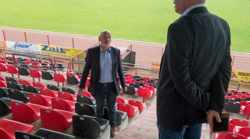 Wolfgang Brenner (Vorsitzender des SVR) und der Fraktionsvorsitzende der SPD Erik Kuhn im Gespräch auf der Haupttribüne (Foto: SPD)