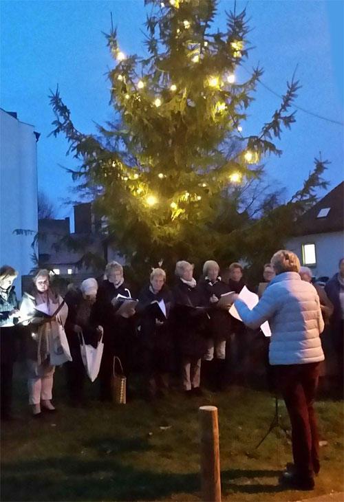 """Vor der Versöhnungskirche wurde erstmals seit vielen Jahren wieder ein Baum aufgestellt - zu diesem Anlass sang der Kirchenchor """"Oh Tannenbaum"""" (Leserfoto)"""