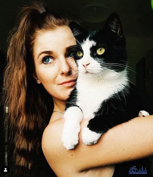 Chrissy erzählt vieles aus ihrem Leben, doch sie hat klare grenzen - Ihren Kater Draco zeigt sie wie hier genau so gerne wir ihre Katze Bella (Foto: Chrissy)
