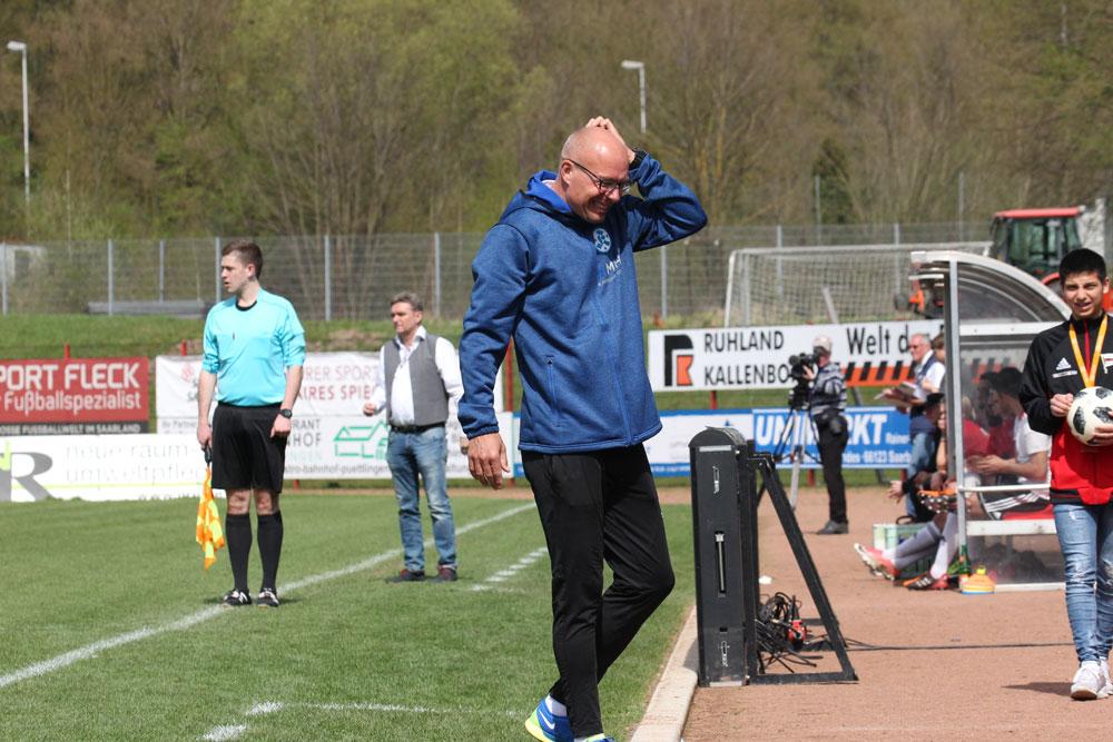 Hätte Kickers Coach Jürgen Seeberger welche, so hätte er sich heute mehrmals die Haar raufen können (Foto: Hell)