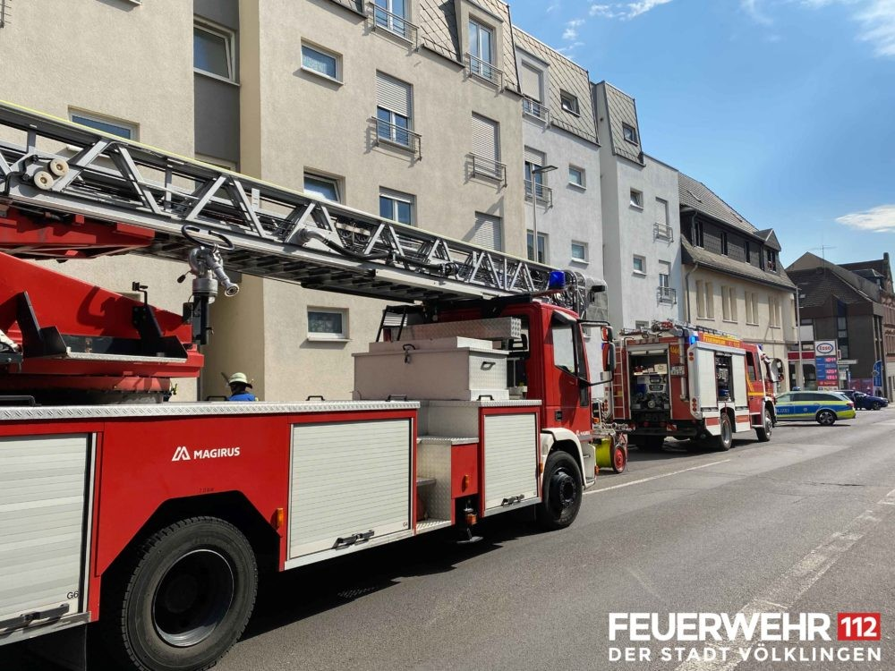 Der Feuerwehr wurde Rauch in einem Gebäude gemeldet. Vor Ort ging ein Trupp unter schwerem Atemschutz zur Erkundung in das Gebäude vor. Es wurde festgestellt, dass Kleidungsstücke in Brand geraten waren und diese die Rauchentwicklung verursacht haben. Die Einsatzkräfte führten Belüftungsmaßnahmen durch und übergaben die Einsatzstelle anschließend an die Polizei. Foto: Feuerwehr Völklingen
