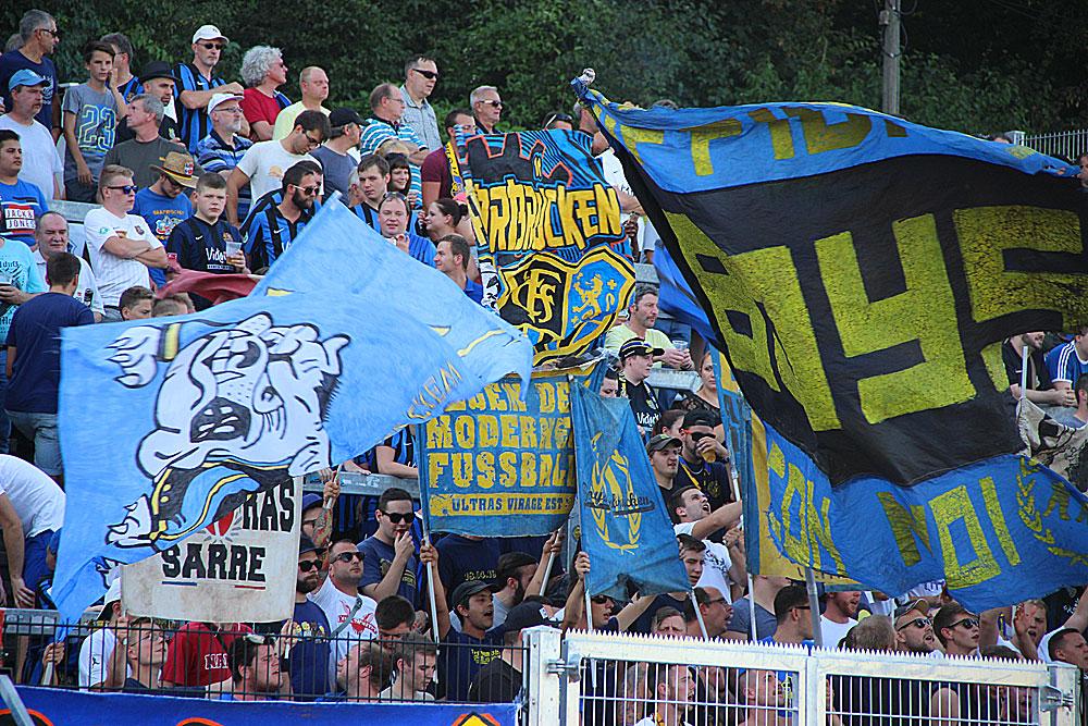 Knapp 3000 Zuschauer fanden sich trotz weit über 40°C im Hermann-Neuberger-Stadion ein um die Spieler anzufeuern (Foto: Hell)