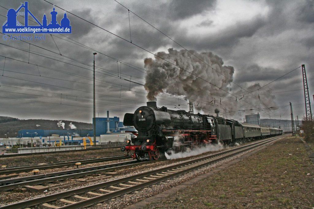 Dampflokomotive vor Personenzügen (Foto: Hell)