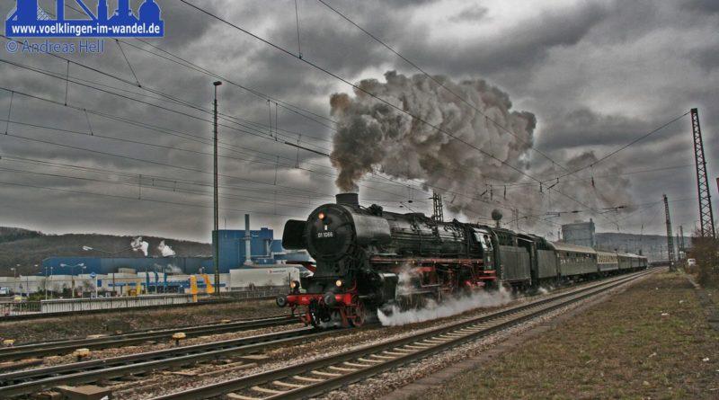 Dampflokomotive vor Personenwagen (Foto: Hell)