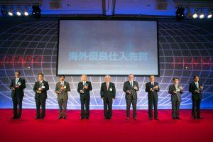 """Die acht ausgezeichneten Unternehmensvertreter auf der Bühne mit Akio Tajima. (Copyright """"DENSO"""" )"""