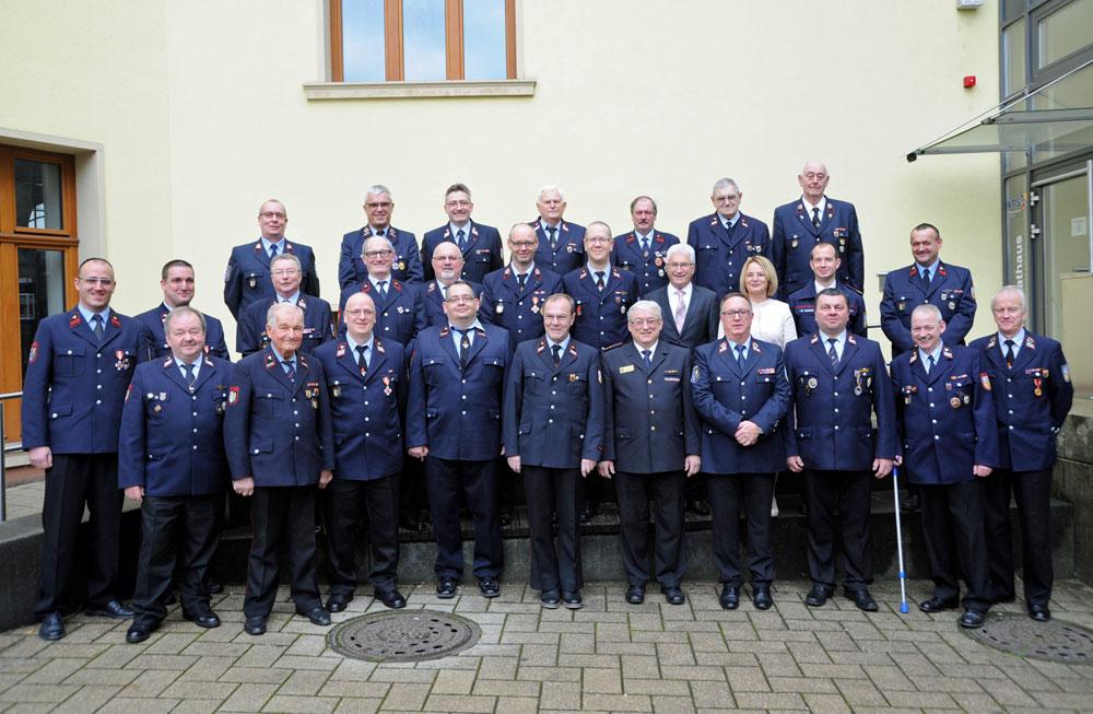 Oberbürgermeister Klaus Lorig zeichnet langjährige Mitglieder der Freiwilligen Feuerwehr aus