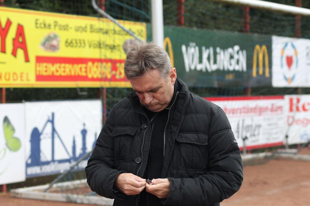 """Röchling Coach Günter Erhardt grübelt: """"Wir können die Spiele ausgeglichen gestalten, aber machen das Tor nicht!"""" (Foto: Hell)"""