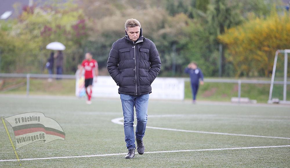 Röchling-Trainer Günther Erhardt war nach dem Spiel bedient (Foto: Steven Mohr | SV Röchling Völklingen)