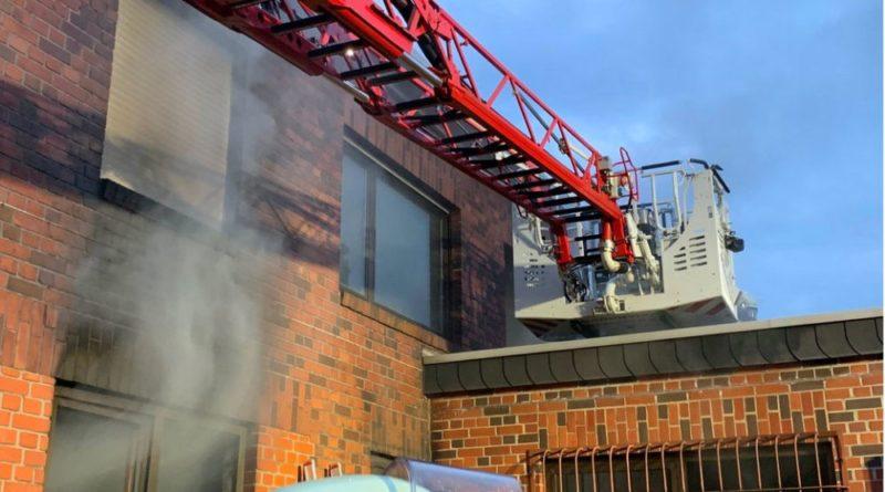 Die Feuerwehr wurde wegen unklarer Rauchentwicklung am Bahnhof Luisenthal alarmiert. Dort konnte festgestellt werden, dass es sich um einen Brand auf dem ehemaligen Grubengelände handelte. Vor Ort konnte dort ein Brand im Erdgeschoss eines leerstehenden Hauses entdeckt werden. 2 Trupps unter schwerem Atemschutz führten die Brandbekämpfung mit C-Rohren durch. Das 1. Obergeschoss des Gebäudes wurde nach Personen durchsucht. Nachdem Belüftungsmaßnahmen und Ablöschen von Glutnestern durchgeführt waren, wurde die Einsatzstelle an den Eigentümer übergeben. (Foto:FFW)
