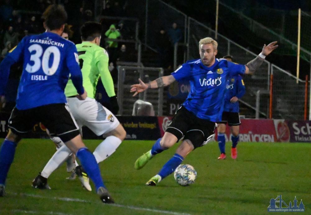 Der 1. FC Saarbrücken konnte sich auch im zweiten Spiel der Rest-Rückrunde drei Punkte sichern. Im Heimspiel gegen die TSG Balingen siegten die Blau-Schwarzen mit 3:0. Der erste Durchgang bot einige Chancen, doch erst kurz vor dem Pausenpfiff zappelte auch das Netz. Markus Mendler zirkelte einen Freistoß aus rund 20 Metern perfekt in den Giebel. Nach Wiederanpfiff sorgten dann Fabian Eisele und Timm Golley, Kianz Froese hatte herrlich durchgesteckt, mit einem Doppelschlag für die Entscheidung. Kurz vor Schluss legte Golley nach einer Ecke noch für Anthony Barylla vor, der den 4:0-Endstand markierte. Da die SV Elversberg beim Bahlinger SC mit einem torlosen Remis vom Platz ging und der TSV Steinbach erst am Dienstag auf Ulm trifft, konnte der Vorsprung an der Spitze ausgebaut werden. Elversberg rangiert sechs Punkte hinter dem FCS, Steinbach zehn, hat aber aktuell zwei Partien weniger absolviert. (Foto: Andreas Lang/Text FCS)