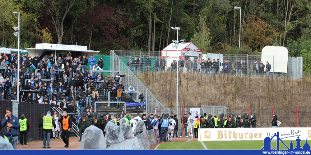 Einige enttäuschte Mannheimer Fans testeten nach dem Spiel eines der Sicherheitstore - doch die Polizei hatte die Lage stehts im Griff (Foto: Hell)