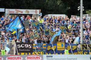 3013 Zuschauer sahen in der ersten Hälfte einen überlegenen 1. FC Saarbrücken (Foto: Hell)