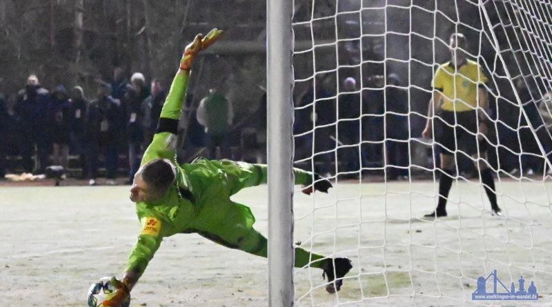 Der dritte Karlsruher Schütze Serie der Treffer: Pisot zielte nach rechts unten, Batz fische den Ball raus. (Foto: Andreas Lang)