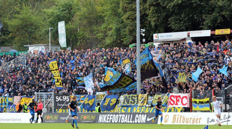 Auch während dem Spiel wehten die Fanen und es schallte Fangesang durch das Stadion (Foto: Hell)