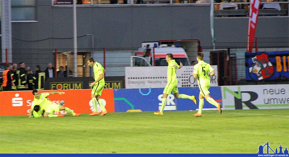 Plötzlich Jubel bei den Männern in Neongelb: Nöttingen führt mit 0:1 (Foto: Hell)