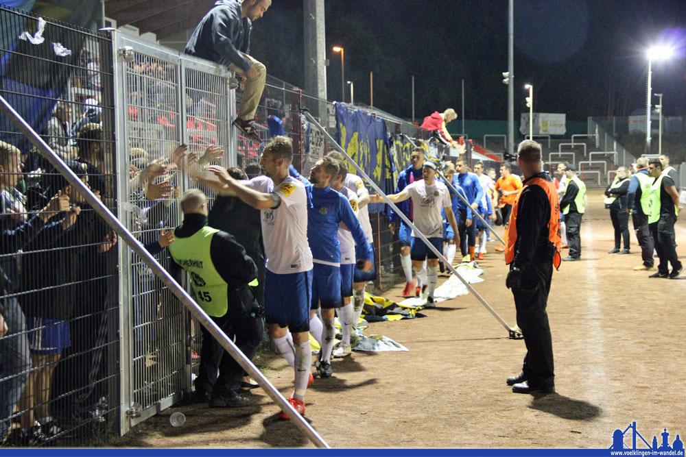 Zur Halbzeit wurden sie ausgepfiffen, nach dem Spiel gefeiert: Die Stimmung der Fans ist noch nicht gefestigt! (Foto: Hell)