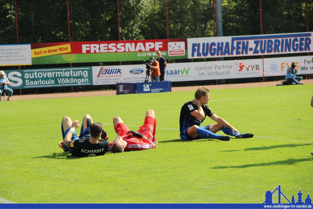 Das tat weh: Nach einem Zusammenprall zwischen Behrens, Schmidt und Gästetorwart Kläs musste der Keeper behandelt werden. (Foto: Hell)