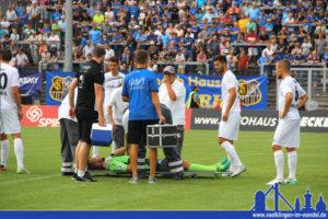 Nachdem Behrens Ortangs Schulter mit em Fuß traf, blieb der Keeper mit schmerzen liegen. FCS-Mannschaftsarzt Dr. Steimer half bei der Erstversorgung des Stuttgarters (Foto: Hell)