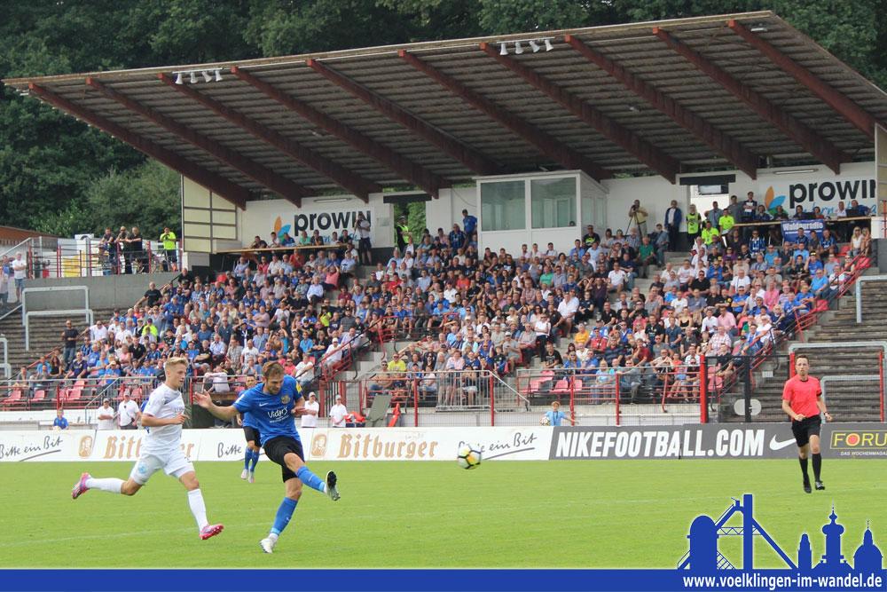 Holzhammer: Marco Holz ballert den FCS zum 1:0 (Foto: Hell)