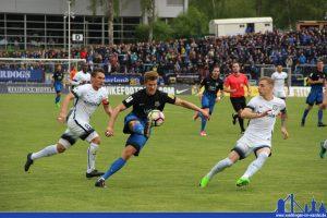 Kevin Behrens setzt sich gegen zwei Gegenspieler durch (Foto: Hell)