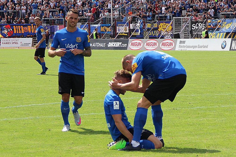 ... im Gegensatz zu Martin Dausch (kniend), der für alle drei FCS-Treffer sorgte (Fotos: Hell)