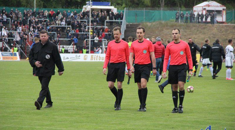 ... das Schiedsrichter gespann war an jedem Tor der SVE irgendwie beteiligt. (Fotos: Hell)