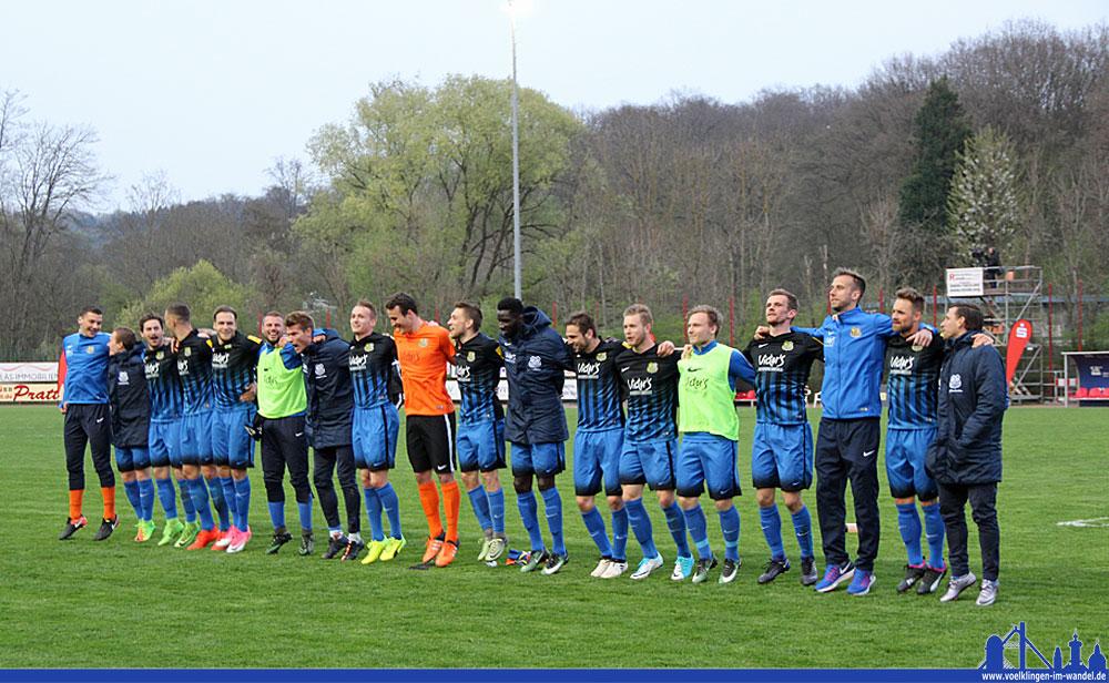 Die Spieler feiern mit den Fans den Derby-Sieg (Foto: Hell)