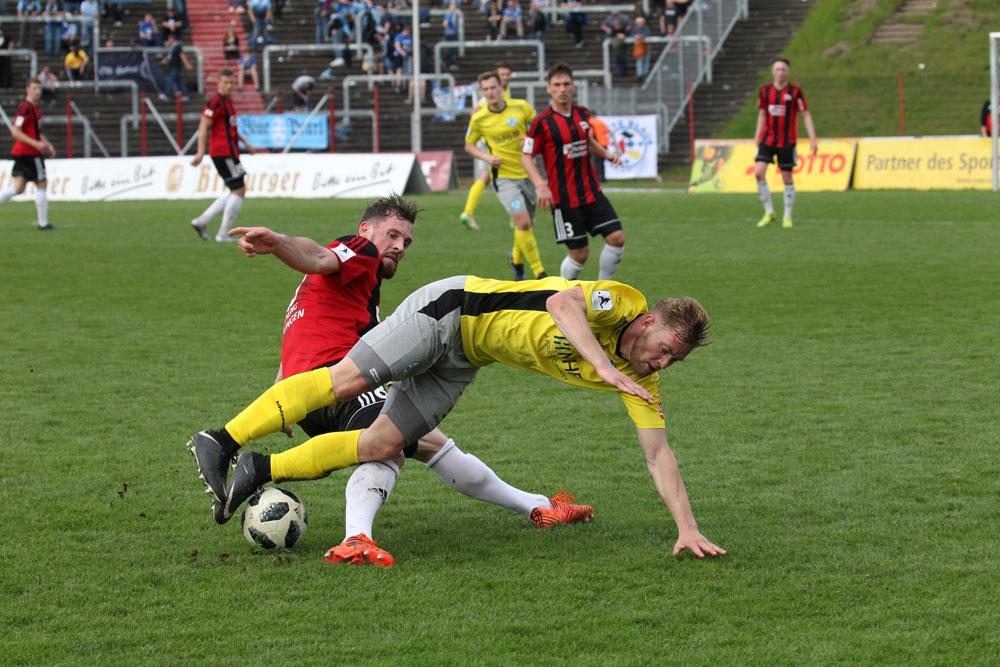 Nicht nur vor dem Tor erfolgreich: Felix Dausend erobert gegen Daniel Döringer den Ball (Foto: Hell)
