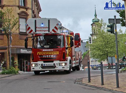 """Die Drehleiter mit Korb fährt zum Einsatz (Symbolfoto """"Feuerwehr"""": Hell)"""