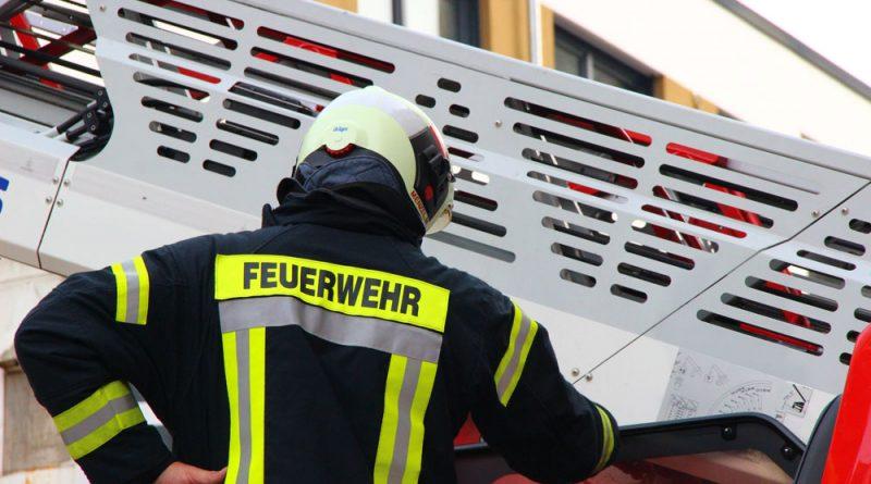Symbolfoto: Feuerwehr im Einsatz (Hell)