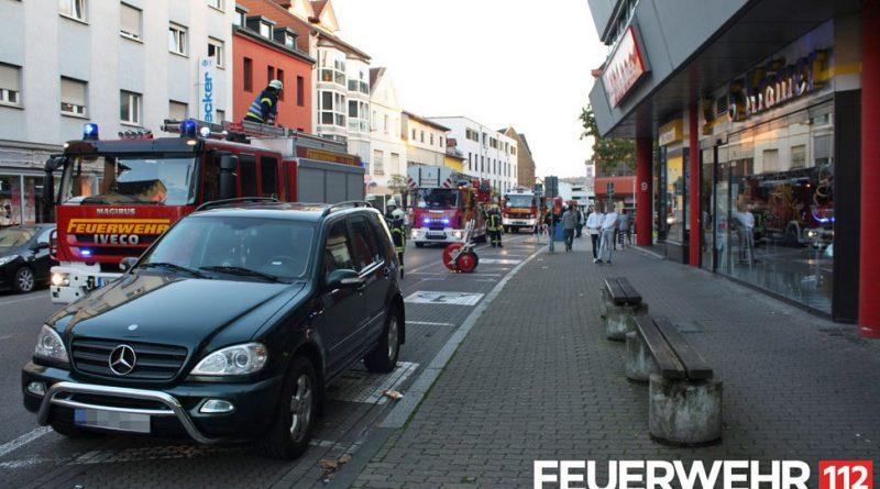 Der Feuerwehreinsatz legt den Verkehr in der Bismarckstraße lahm (Foto: FFW Völklingen)