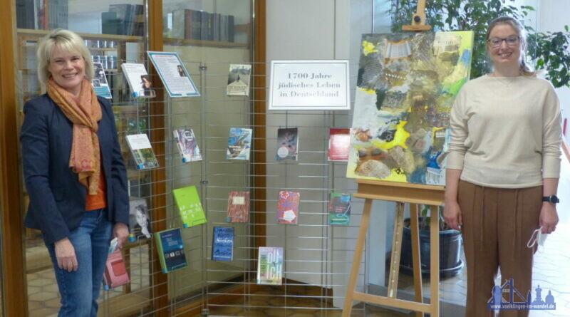 Oberbürgermeisterin Christiane Blatt und VHS-Direktorin Jenny Ungericht präsentieren die Bücherausstellung von jüdischen Autorinnen und Autoren (Quelle: Stadt Völklingen, Heike Putzke).