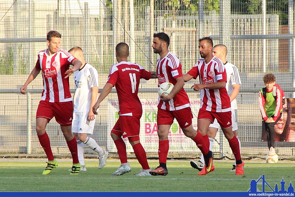 Jubel bei den Gastgebern, es steht 1:0! Nach diesem Spielstand wäre Bissingen aufgestiegen. (Foto: Zitt)