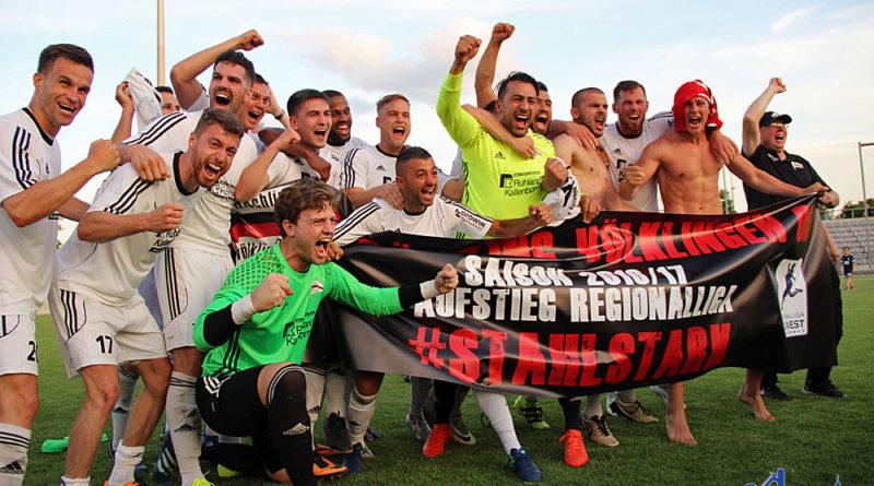 Die Spieler des SV Röchling Völklingen bejubeln den Aufstieg (Foto: Hell)