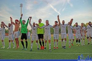 Die Spieler des SV Röchling Völklingen feiern den Aufstieg (Foto: Hell)