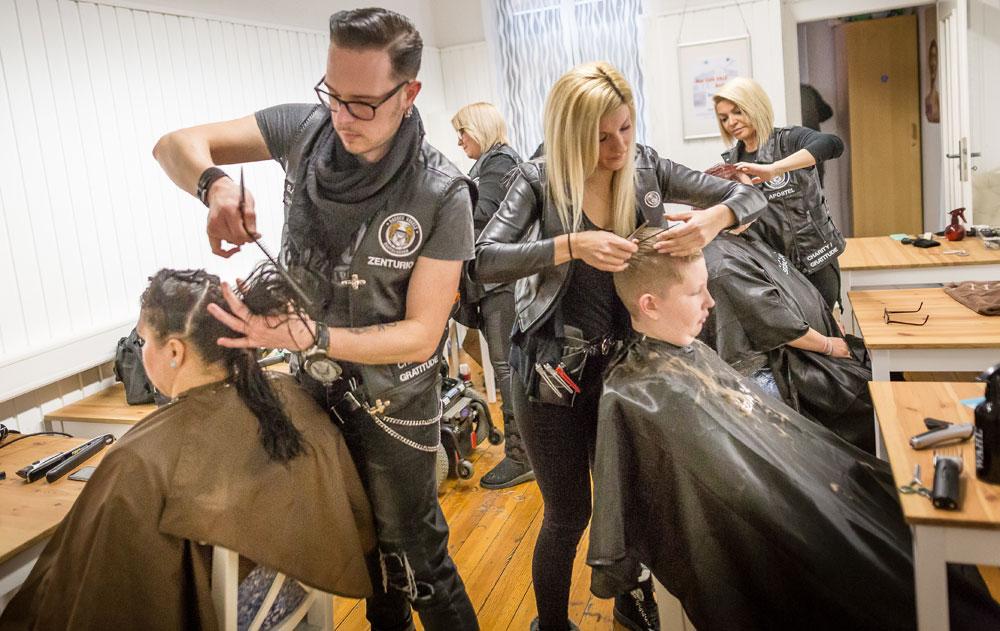 Sieben Friseure schnitten kostenlos Haare. Fotos: Billart/Bernd Ollinger