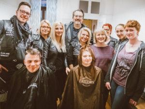"Sabrina Sofka-Hell (v.li) mit Friseuren und jungen ""Kunden"". Fotos: Billart/Bernd Ollinger"