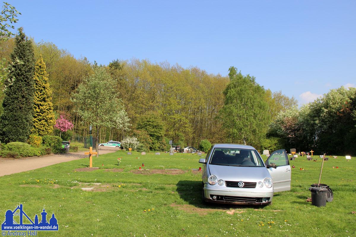 Auto rast auf Friedhof